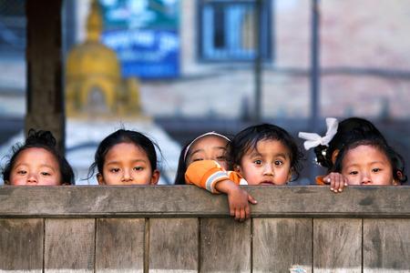 niños pobres: Bhaktapur, Nepal - 08 de enero: colegialas nepaleses posa para una foto durante su tiempo de descanso, el 8 de enero de 2010 en Bhaktapur, Valle de Katmandú, Nepal.