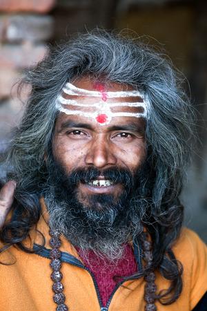 limosna: KATMANDU, NEPAL - 9 de enero: Shaiva sadhu busca limosna en la calle el 9 de enero de 2010 en Katmand�, Nepal.