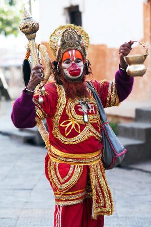 limosna: KATMANDU, NEPAL - 13 de noviembre: sadhu de Shaiva busca limosna en la calle el 13 de noviembre de 2009 en Katmand�, Nepal.
