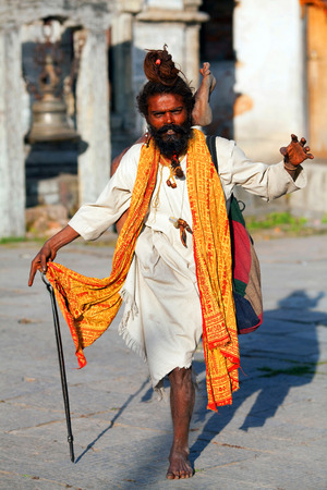 limosna: KATMANDU, NEPAL - 13 de noviembre: Sadhu busca limosna en el templo de Pashupatinath, el 13 de noviembre de 2009 en Katmand�, Nepal. Editorial