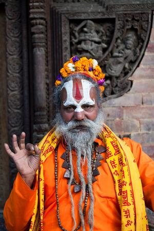 limosna: KATMANDU, NEPAL - 14 de noviembre: sadhu de Shaiva busca limosnas en la Plaza Durbar, el 14 de noviembre de 2009 en Katmandú, Nepal.