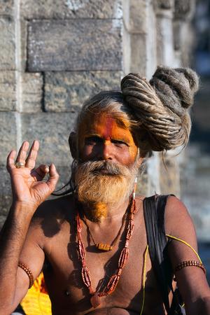 limosna: KATMANDU, NEPAL - 9 de enero: Shaiva sadhu busca limosna en la calle el 9 de enero de 2010 en Katmandú, Nepal.