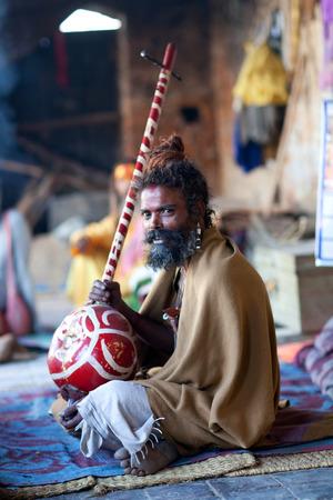 limosna: KATMANDU, NEPAL - 5 de junio: Sadhu buscando limosna en el templo de Pashupatinath, el 5 de junio de 2012 en Katmand�, Nepal.