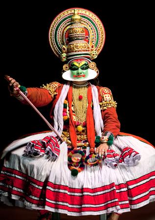 bailarin hombre: Cochin, la India - 17 de febrero de 2010: Actor realización tradicional de la India la danza-teatro Kathakali en en Fort Cochin, India del Sur. Kathakali - el clásico teatro-danza de Kerala basado en la mitología india, y que destaca por sus elaborados trajes y gestos