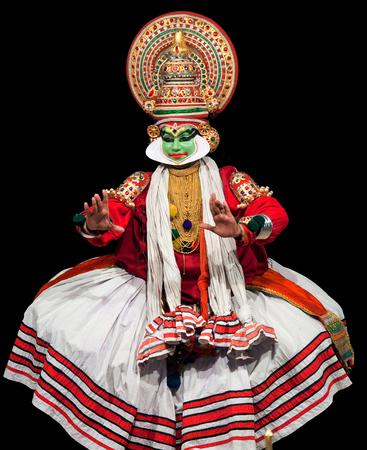 danza clasica: Cochin, la India - 16 de febrero de 2010: Actor realización tradicional de la India la danza-teatro Kathakali en Fort Cochin, India del Sur. Kathakali - el clásico teatro-danza de Kerala basado en la mitología india, y que destaca por sus elaborados trajes y gestos.