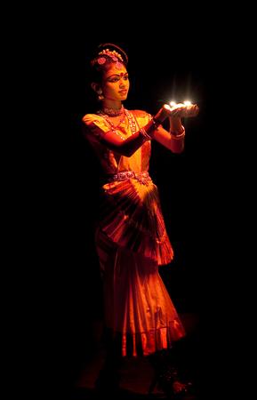 danza clasica: Cochin, la India - 17 de febrero de 2010: Muchacha india hermosa bailando Mohinyattam danza de la encantadora en Fort Cochin, India del Sur. Mohiniyattam es tradicional danza de la India del sur de Kerala