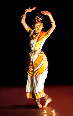 ragazze che ballano: COCHIN, INDIA - FEBRUARY 17, 2010: Beautiful Indian girl dancing Mohinyattam Dance of enchantress in Fort Cochin, South India. Mohiniyattam is traditional South Indian dance from Kerala Editoriali