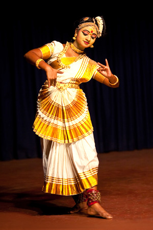 COCHIN, INDIA - FEBRUARY 17, 2010: Beautiful Indian girl dancing Mohinyattam Dance of enchantress in Fort Cochin, South India. Mohiniyattam is traditional South Indian dance from Kerala Redakční
