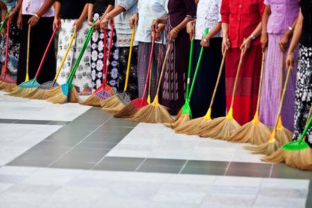 Femmes non identifiées à laver le plancher à Shwedagon Paya à Yangon, au Myanmar