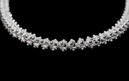 sterlina: Collana in argento sterling close-up su sfondo nero