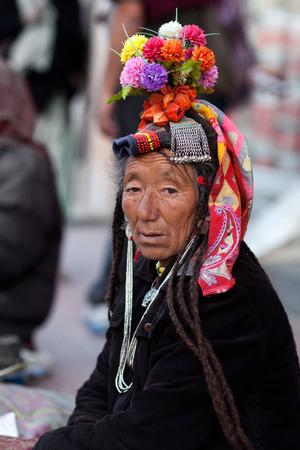 autonomia: LEH, INDIA - 14 de junio de 2012: Mujer de Ladakh en ropa nacional posa para una foto durante el festival de Yuru Kabgyat