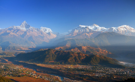 Mit Blick auf die Berge des Himalaja von Sarangkot Hügel, Pokhara, Nepal Standard-Bild - 65211691