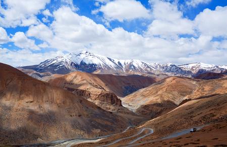 Himalayan berglandschap langs Manali - Leh National Highway in de staat Ladakh, Jammu en Kasjmir, India Stockfoto - 65272257
