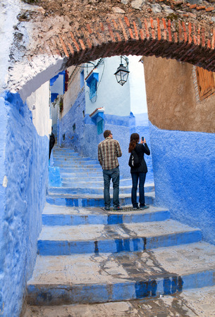 maroc: CHEFCHAOUEN, MOROCCO - JANUARY 2, 2014: Tourists walking in beautiful blue medina of Chefchaouen city in Morocco, North Africa