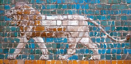 """winged lion: ESTAMBUL, Turquía - 30 de octubre, 2015: panel de ladrillo vidriado con Lion - detalles de la """"Ischtar Tor"""" (Puerta de Ishtar de Babilonia) en el Museo Arqueológico de Estambul en Estambul, Turquía"""