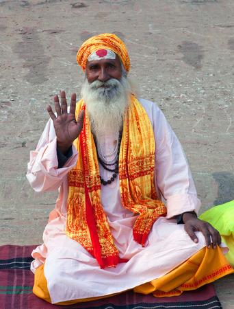 limosna: VARANASI, INDIA - JANUARY 2, 2016: Sadhu (Holy man) seeking alms at Dasashvamedh Ghat.