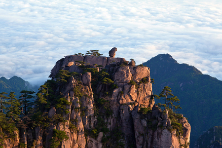Stone Monkey Gazing over the Sea of Clouds - View of Huangshan, Anhui Province, China. Of all the notable mountains in China, it is probably the most famous to be found in the south of Anhui province. Stock Photo