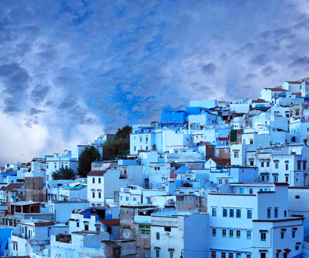 maroc: Panorama of Chefchaouen city blue medina in Rif mountains, Morocco, North Africa