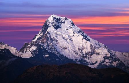 ネパール ヒマラヤ アンナプルナ サーキット スタートのプーンヒルからマウントのパノラマ アット サンセット - アンナプルナ南を表示します。