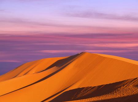 모래 언덕 추상적 인 배경 위에 아름 다운 일몰