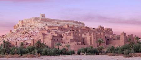 Panorama von Ait Benhaddou Casbah nahe Ouarzazate-Stadt in Marokko, Afrika. Ait Benhaddou ist eine befestigte Stadt, oder Palast (Ksar), entlang der ehemaligen Karawanenstraße zwischen der Sahara und Marrakesch Standard-Bild - 83448174
