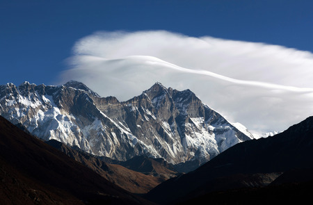 lenticular: Lenticular clouds and Himalayan mountain landscape - Mount Everest and Lhotse view from Tengboche, Everest region, Sagarmatha National Park, Nepal, Himalayas Stock Photo