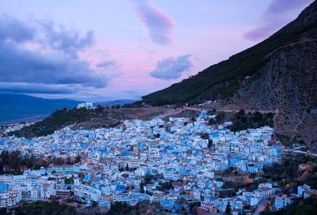 モロッコ、アフリカの夕暮し時のシェフシャウエンブルーメディナのパノラマ
