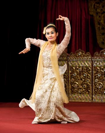 YANGON, MYANMAR - JANUARY 25, 2011: Girl performing traditional Burmese dance on the evening show in Karaweik Hall. 新聞圖片