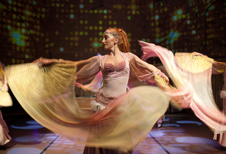 ESTAMBUL, Turquía - 13 de enero de 2018: Hermosas chicas jóvenes realizando danza oriental en el espectáculo de la noche