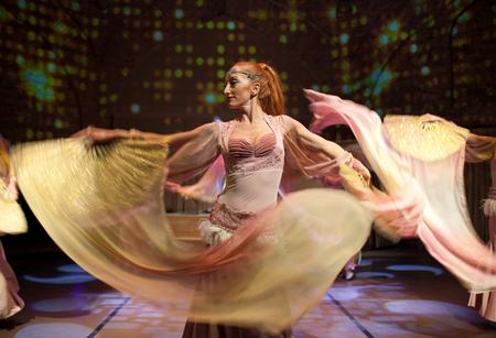 ISTANBUL, TÜRKEI - 13. JANUAR 2018: Junge schöne Mädchen, die orientalischen Tanz auf der Abendshow durchführen?