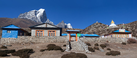 DINGBOCHE, NEPAL - JANUARY 13, 2017: Panorama of sherpas village on the way to Everest base camp, Himalayas Redactioneel