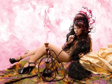 waterpipe: Bella asi�tica chica de humo de tuber�as de agua Foto de archivo