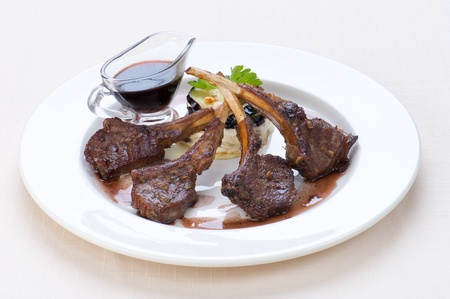 mutton steak on white plate Banque d'images
