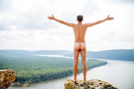 Fühle die Freiheit. Nackter Mann auf einem hohen Berg
