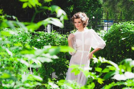 bragas: sesi�n de fotos al aire libre. Modelo de manera en vestido transparente atractivo