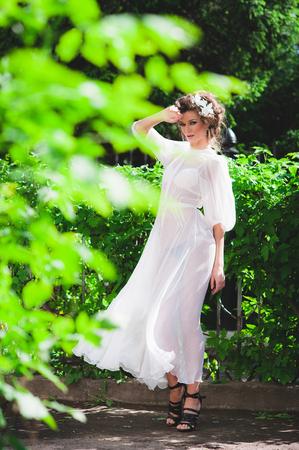 servizio fotografico all'aperto. Modello di modo in sexy abito trasparente