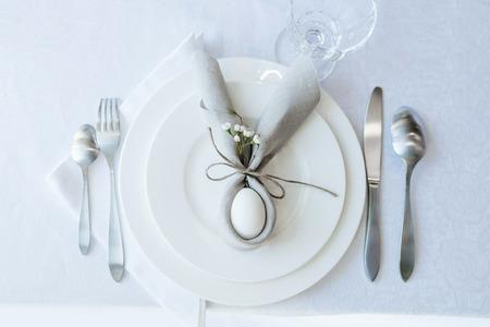 Semplice tavola di Pasqua festiva con tovagliolo Coniglietto di Pasqua per una persona