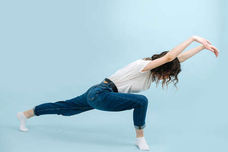 Expressive contemporary dancer lunging body forward, making wave like motions. Standard-Bild